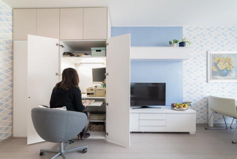 Původní velmi tmavý obývací pokoj se novým bílo-modro-béžovým laděním proměnil v příjemně světlý, svěží prostor. Výrazné tapety a koberec s pastelovými vzory…