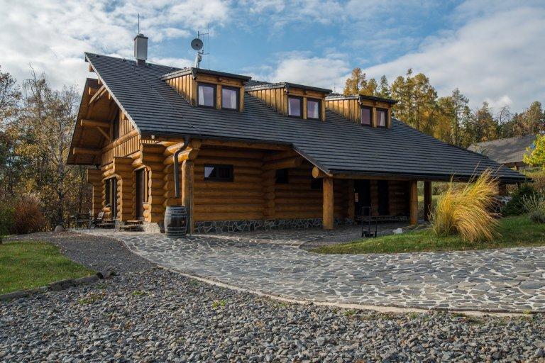 Srub zasazený na pozemku v blízkosti lesa je obklopený volným nezastavěným prostorem a pastvinami s koňmi. Koncept domu, zařízení, dispozice a vybavení jsou…