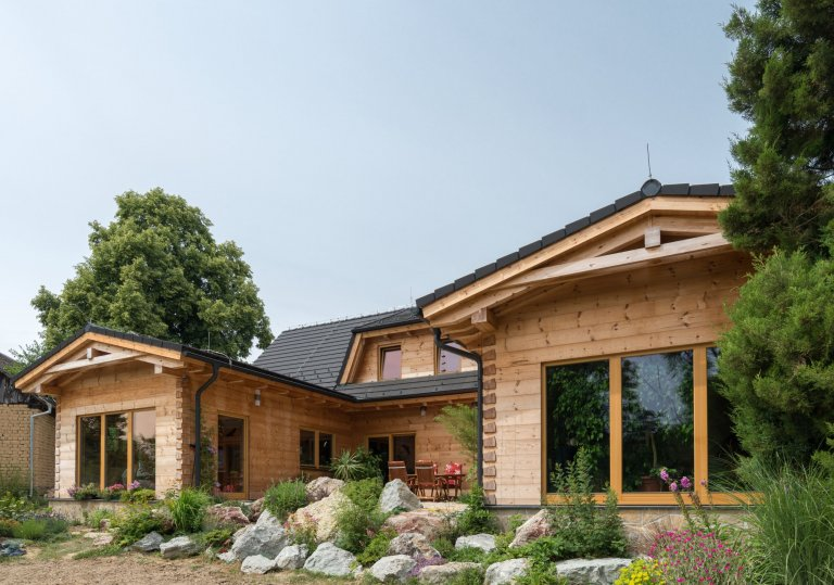 Moderní roubený dům z borovice