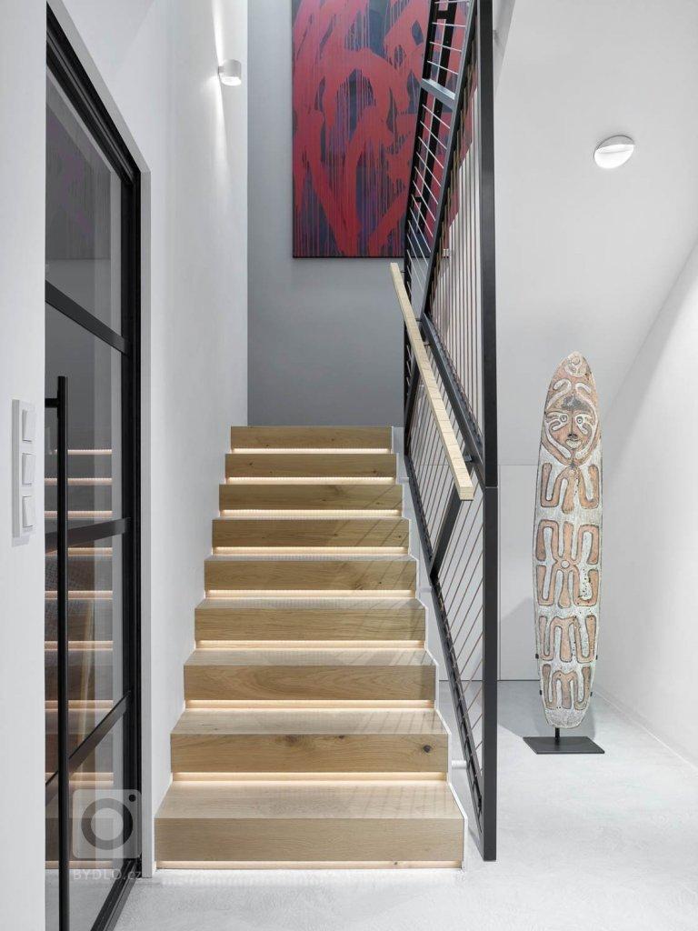 Přidanou hodnotu jsou podsvícené schody, obložené přírodním dubovým dřevem.