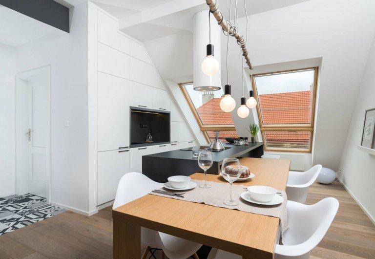 Podkrovní byt v činžovních domů nedaleko Stromovky. Dispozice byla již daná včetně zrealizované koupelny, ostatní povrchy se řešily až s návrhem interiéru. V…