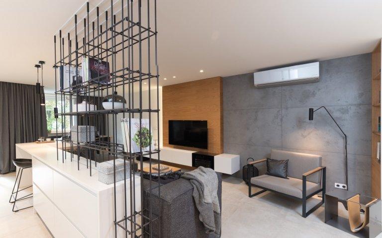 Interiér s akcenty černé, šedé a aplikacemi z betonu,jedná se o starší novostavbu, jejíž původní dispozice byla nevyhovující. Nová dispozice byla…