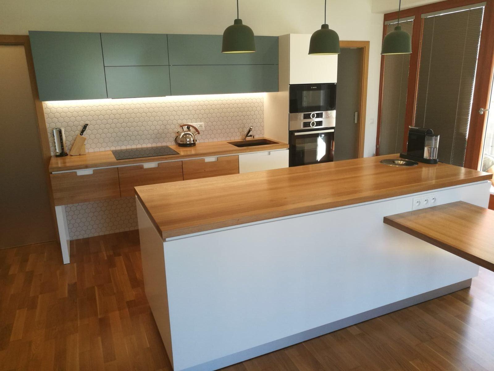 Výroba kuchyně na míru a nábytku do obývacího pokoje se zajímavým policovým systémem