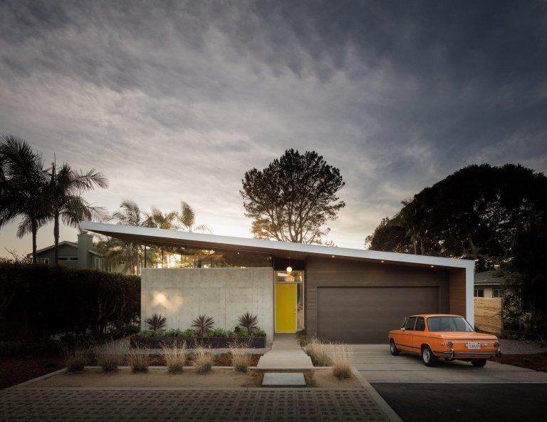 Moderní dům s jedinečným profilem střechy, jejíž část je obloukovitě vyříznuta ve tvaru půlměsíce, je dílem architekta Lloyda Russela a týmu Mod Green Architecture. Kombinuje v sobě chladné industriální tóny betonu s hřejivými prvky dřeva v přírodních barvách.