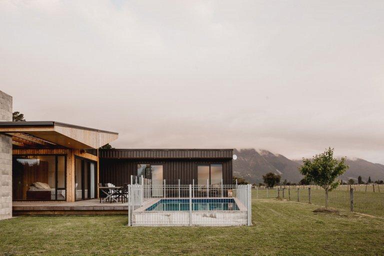 """Dům z """"kontejneru"""" ovinutý verandami"""