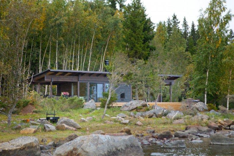 V podzimních a zimních měsících přichází ideální doba na saunování a tato minimalisticky pojatá rekreační chata na břehu jezera na západním pobřeží Finska vybavená saunou je skvělou inspirací k tomu, jak si představit dokonalý relaxační pobyt.
