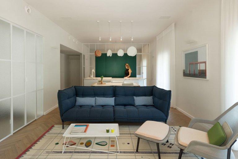 """Přestože může být v bytě či domě vše perfektní a funkční, pokud schází bytu cosi oživujícího, není to ještě ono. Tím """"něčím"""" může být vhodně užitá barva u nábytku, výmalby či doplňků, která má obrovskou schopnost vdechnout bytu život právě živostí barev. Na příkladu izraelského bytu v Tel Avivu je krásně vidět, co udělají odstíny zelené, modré a měděné s jinak decentním interiérem."""