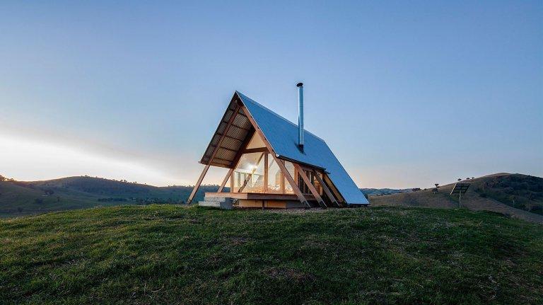 Osamocená chata na vrcholu připomíná stan