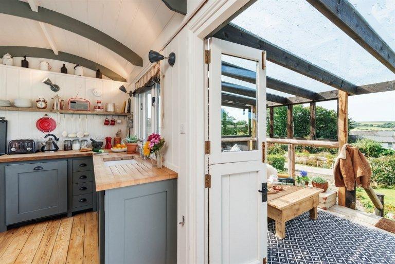 Přestavěná maringotka s verandou i terasou