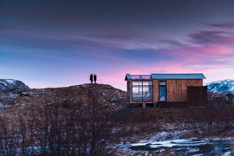 Jestli se chystáte na Island a chcete vyzkoušet opravdu nezapomenutelné ubytování, které vám poskytne panoramatický výhled na hory i polární záři přímo z vašeho lože, pak vyzkoušejte stylovou Panorama Glass Lodge – jednoduchou chatku se skleněnou střechou i stěnami ležící pouhých třicet minut jízdy od Reykjavíku u pobřeží Grónského moře.