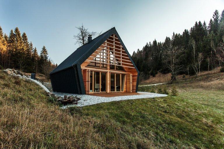 Prosklená dřevostavba v malebné krajině