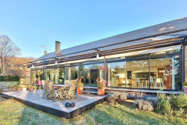 Tento architektonicky výjimečný dům tvořený ze tří skleněných stěn zaujímá rozlohu 177 m² a nachází se v půvabném francouzském městečku Ouerre. K domu náleží také rozlehlá zahrada o rozloze 1 545 m².
