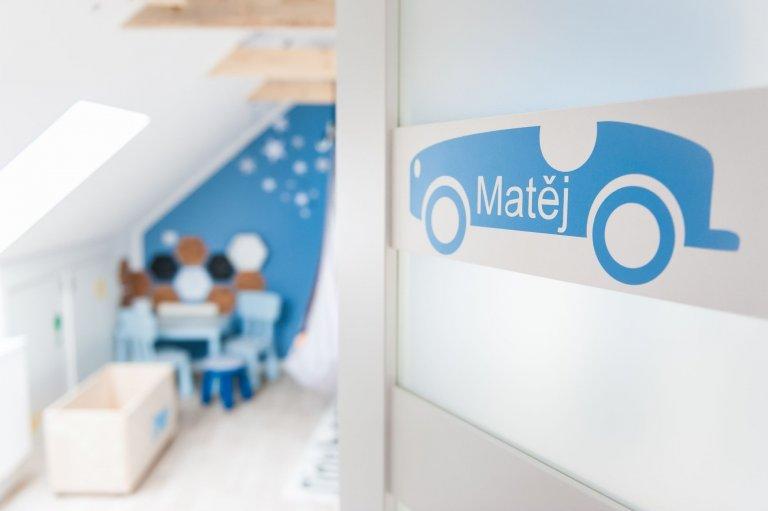 Skandinávský dětský pokoj s důmyslně skrytými úložnými prostory