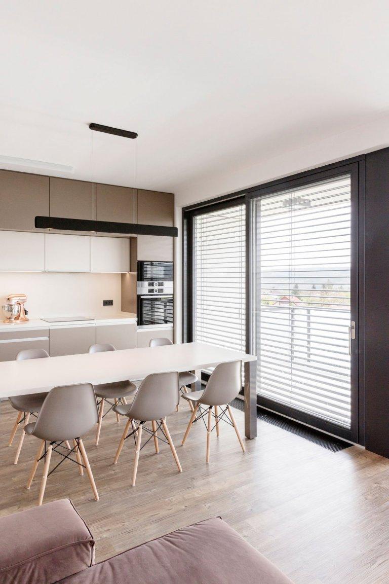 Interiér bytu vČernošicích jsme navrhli jako záměrně tlumeně barevný, sdůrazem na jednoznačné linie. Naším záměrem bylo vytvořit vizuálně čistý a…