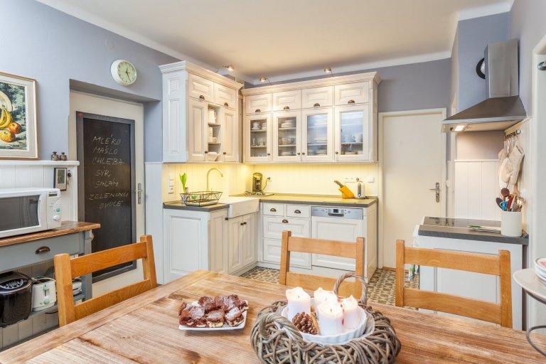 Francouzský styl Provence - jedná se o elegantní styl v dekoru opotřebovaného masivního dřeva, bílých, krémových nebo našedlých tónech včetně patiny.