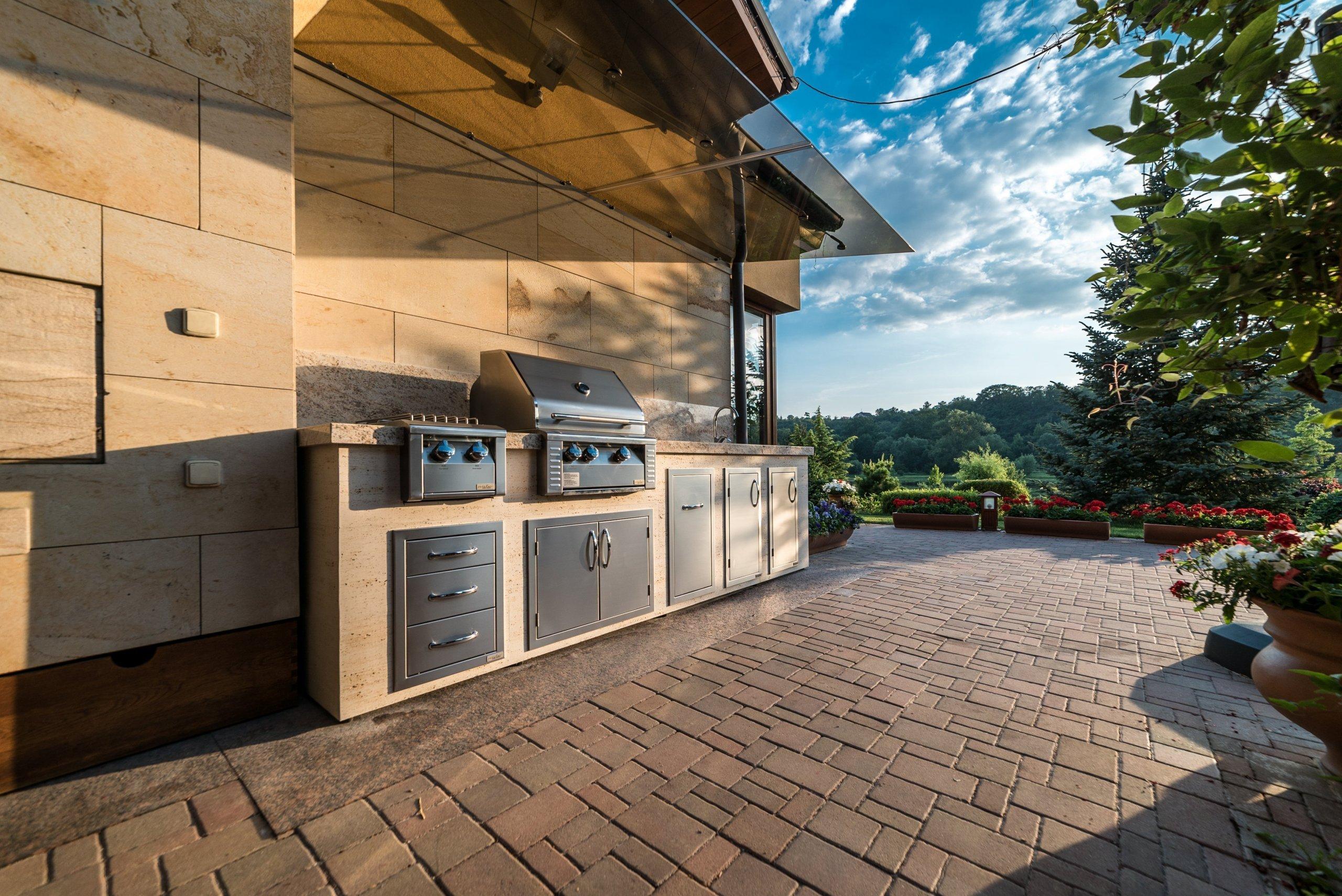 Kompaktní zahradní kuchyně s 26ti palcovým grilem, sporákem a nerezovým dřezem. Žulová deska v odstínu Shivakashi se zesílenou pohledovou hranou, společně s…