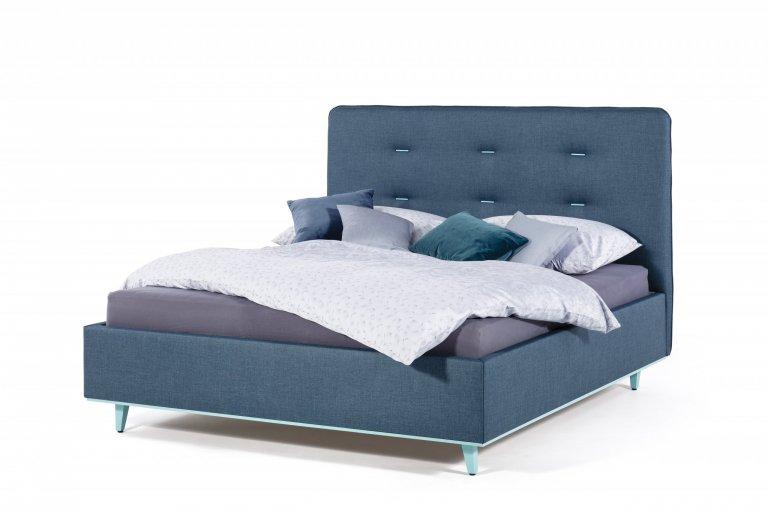 Kromě celkového moderního designu postele jsou na posteli Ola zajímavé zejména dva detaily. Je to šest dřevěných kolíčků, které zdobí čalounické vtahy na…