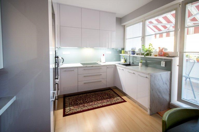 Bílá kuchyně v panelovém domě