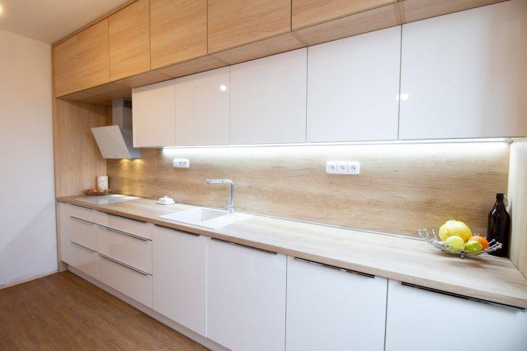 Kuchyně v oblíbené kombinaci dubu a bílé