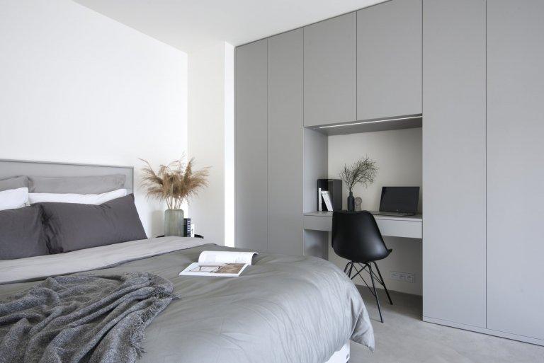 Loftový byt Na Krejcárku je tvořen ze dvou částí. V té spodní se nachází kuchyně s barem a obývací prostor s TV stěnou a úložným prostorem. V…