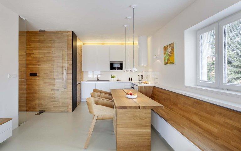Předmětem rekonstrukce je byt 3+kk v novostavbě pro mladou rodinu.  Ústředním motivem návrhu je dřevěný obklad místností zázemí probíhající chodbou,…