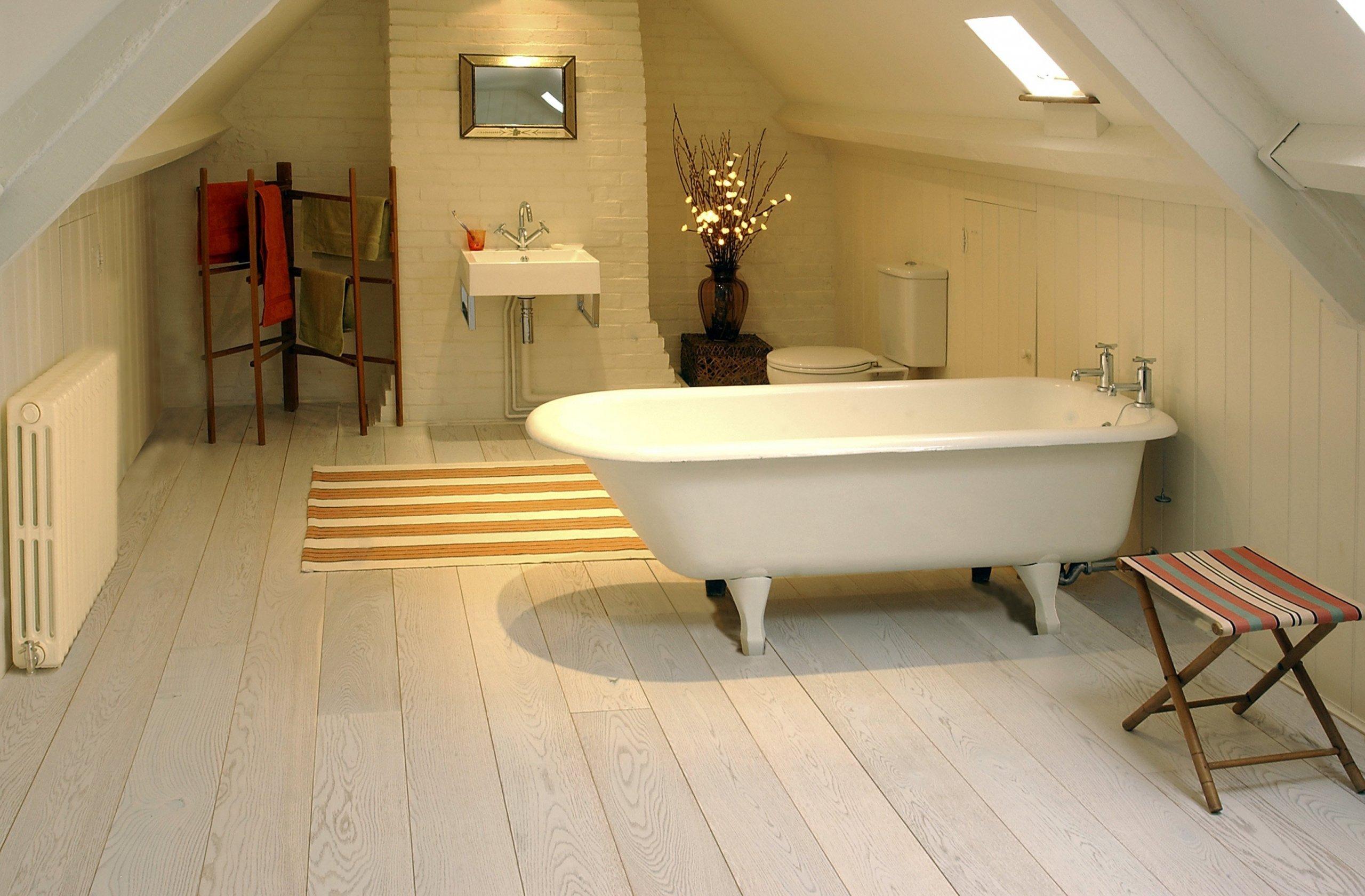 Dominantní koupelna s velikým prostorem
