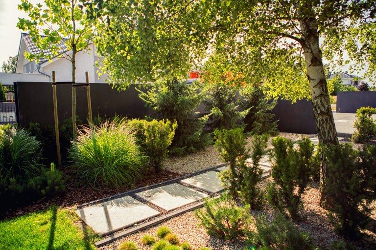 Přední část zahrady tvoří vstupní prostor, vjezd. Byla zde vytvořena široká plocha z betonových desek. Celá příjezdová cesta je otevřeným prostorem. Neexistují…