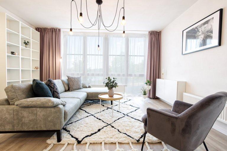 Devadesátimetrový bytpro tříčlennou rodinu. Majitelé si konečně pořídli vysněné bydlení v novostavbě a nechali nám tak volnou ruku, aby v bytě bylo vše…