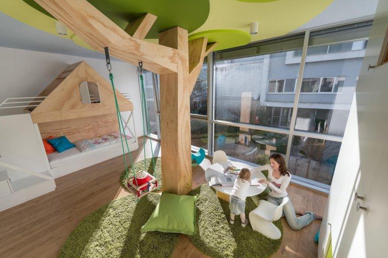 Stylová dětský pokoj přináší kus dobrého vkusu a pohádkový design bez jediného kýče. Dominantou je strom s houpačkou, který je z borovicové překližky, stejně…
