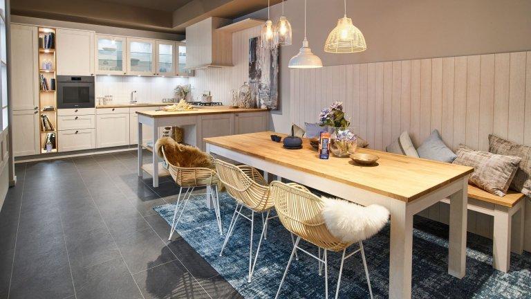 Severský styl je už léta velmi oblíbený, skandinávský styl naší kuchyní opravdu sluší. Dvířka patinovaný dub bílá, pracovní deska z masivního dřeva