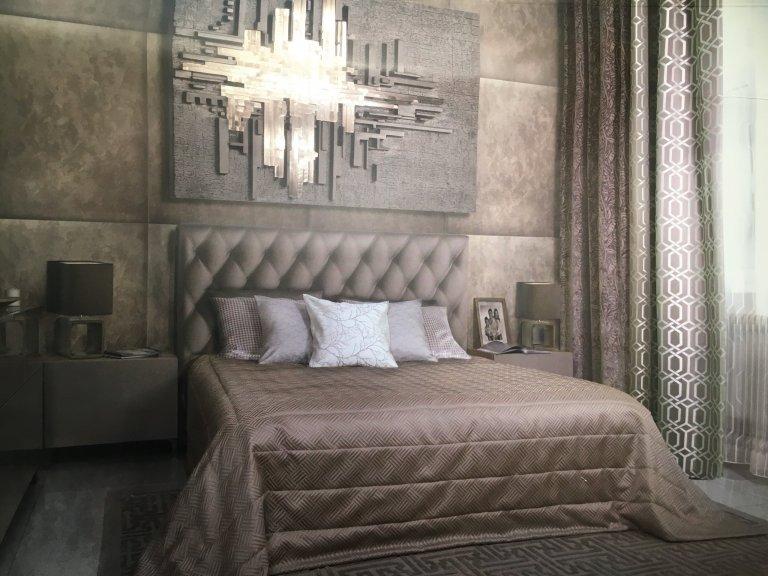 Ložnice v rodinném domě, interiér navržen ve stylu moderní.