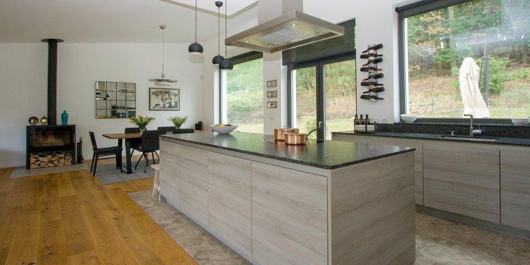 Kuchyň BEECK, rodinný dům, realizace 2018. Melamin Trend K174 dub, bezúchytkový systém nerez, doplňky Blanco. Pracovní deska je žula Steel grey satinato.…