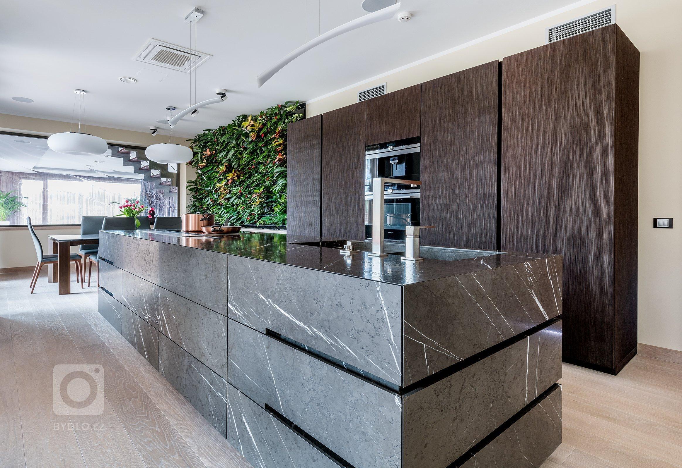 Kuchyň EGGERSMANN UNIQUE, rodinný dům, realizace 2017. Provedení je masivní kámen Graphit Brown Leather na ostrůvku a profilovaná dýha VANCOUVER 3531 Fineline…