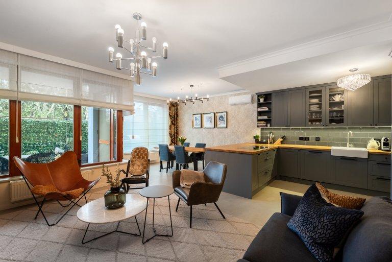 Vlastníbydlení bydlení pro Janu a dcerku Nicole. Jedná se o byt o velikosti 3kk s dvěmi předzahrádky, který prošel během 4 let celkovou rekonstrukcí.…