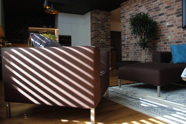Moderní interiér s příjemnou atmosférou. Tak lze ve zkratce charakterizovat mezonet, laděný do jemně industriálního stylu s množstvím přírodních materiálů…