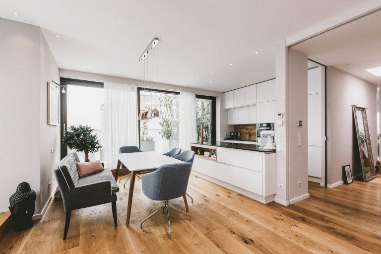Projekt rekonstrukce podkrovního bytu pro mladou rodinu byl výzvou. Kombinace dřeva, bílé a šedé barvy byla zadáním. V kuchyni pozvedla celkový dojem kamenná…