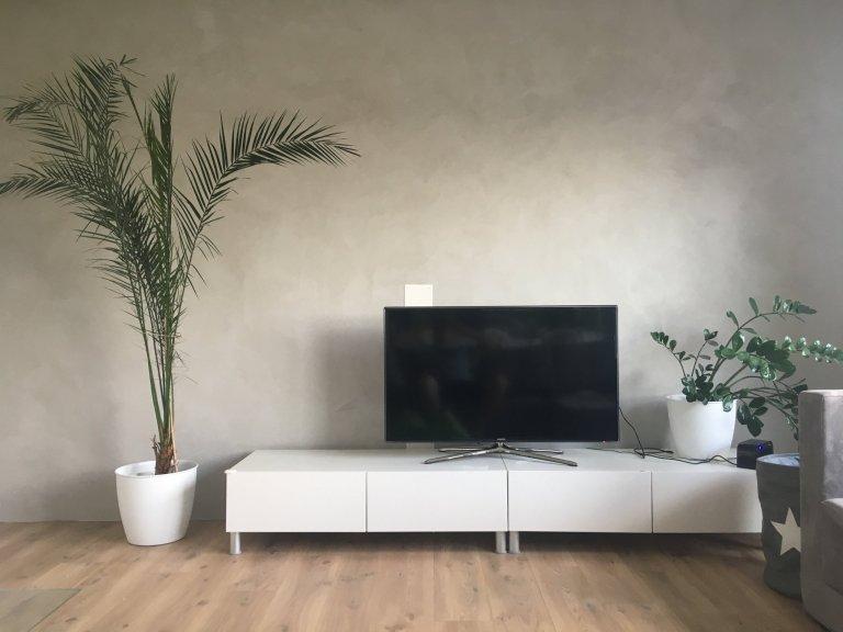 Světle šedá betonová stěrka v rodinném domě