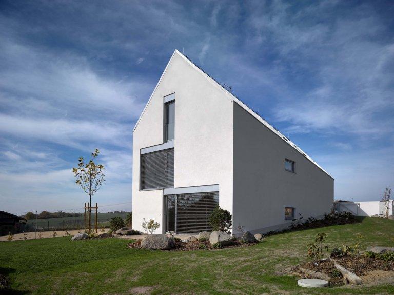 Dům se šikmou střechou