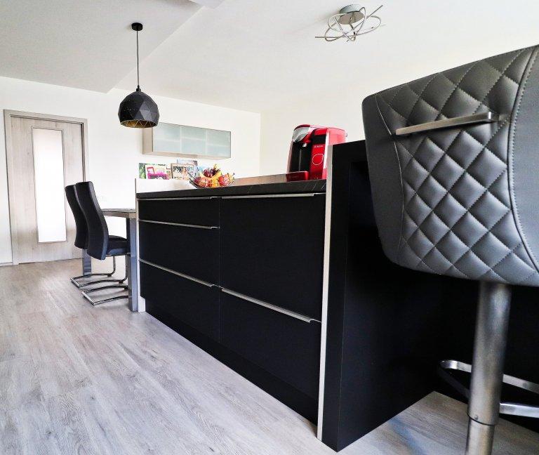 Obývací pokoj spojený s kuchyňskou linkou je hlavním prostorem většiny bytů.  Vtomto nově zrekonstruovaném jsme pro mladou rodinu vytvořili místo nejen…