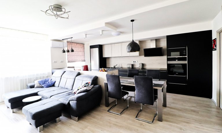 Obývací pokoj s kuchyňskou linkou v Praze