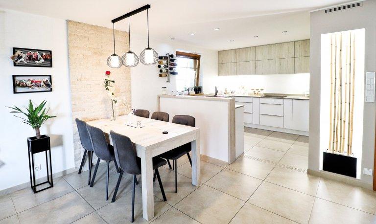 Obývací prostor s kuchyňskou linkou