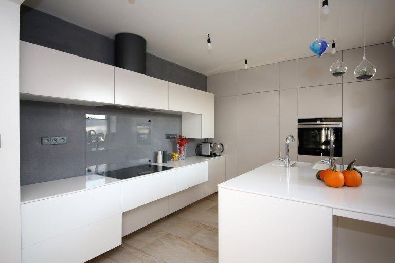 Zavěšenou kuchyňskou linku tvoří skříňky různé hloubky. Ostrůvek pak disponuje dvěma dřezy, z nichž jeden je určen na umývání ovoce a zeleniny.