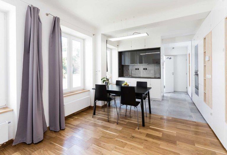 Kolik prostoru na bydlení potřebuje mladý člověk pro život ve městě? Život bez závazků, svelkým počtem koníčků a zájmů? Pravděpodobně málo. Možná ještě…