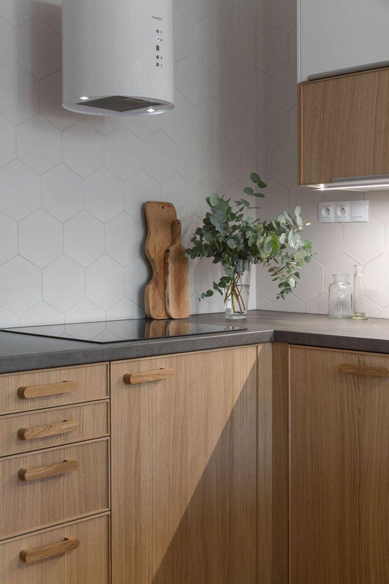 Zadání majitelů: • komplet nová kuchyň s větším prostorem pro vaření. V kuchyni se nebráníme stavebním úpravám. …posunutím dvou dveří dvou…