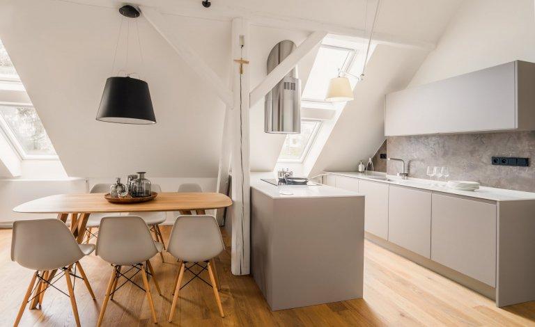 Kuchyně v podkrovním bytě / matný nanolak