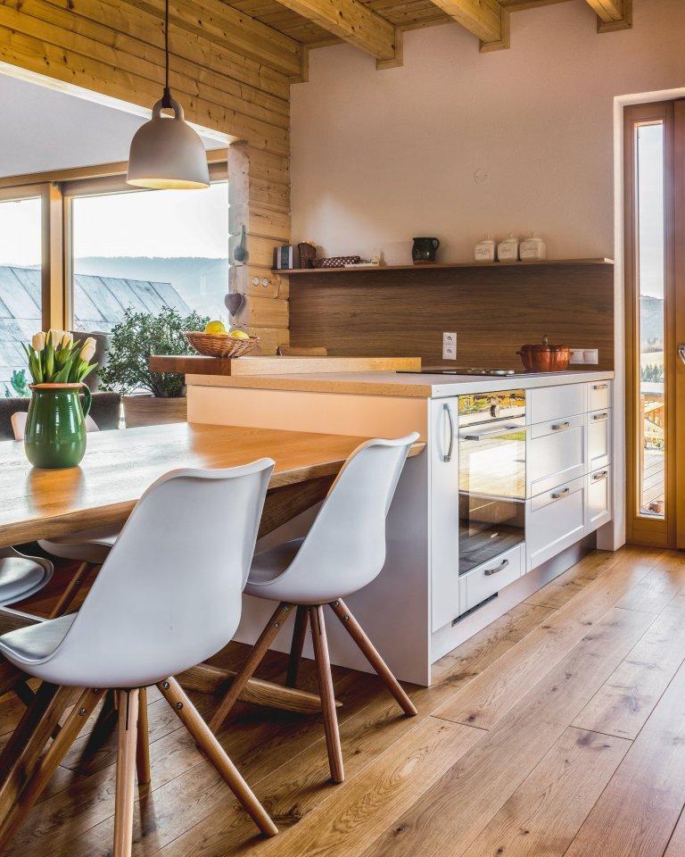 Majitelé tohoto ohromujícího prostoru mají rádi tradiční věci, ale důvěřují moderním technologiím i materiálům. Důležitá je pro ně také praktičnost. V&nbsp…
