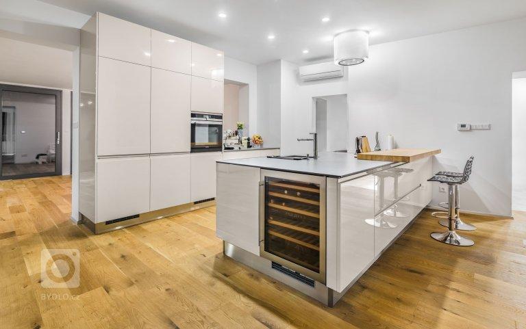 Kuchyně PURE | GLOSS KASHMIR -DESIGNOVÁ VÝZVA  V této kuchyni se návrháři museli vyrovnat hned se dvěma náročnými úkoly: jak vyhovět vysokým požadavkům…
