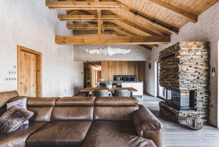 Každý detail tohoto interiéru je promyšlený, aby do sebe zapadal, přesně tak jako tomu je v přírodě. Prolíná se zde přírodní kámen, dřevo i ručně opracovaná…