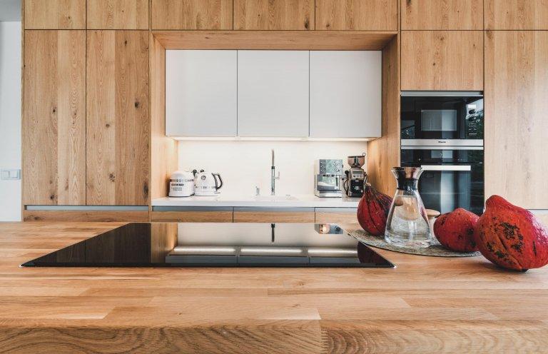 Čisté linie s vůní dřeva  Kombinací dubového dřeva s přiznanými suky vykouzlíte z každé kuchyně originál, který nikdy neomrzí. Barevné i funkční spojení,…