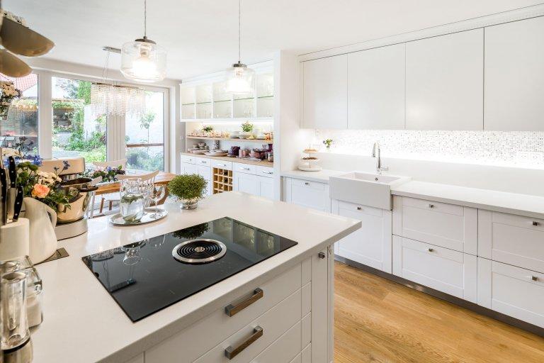 Romantický, venkovský styl kuchyně působí nadčasově. Vysoká kuchyňská sestava zaujímá maximum využitelného prostoru. Aby celkový dojem působil teplejším a…